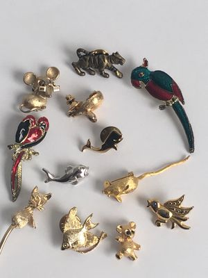 PRETTY BROOCH JEWELRY LOT VINTAGE TO FASHION ALL FOR 27 for Sale in Garner, NC