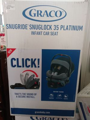 Graco snuglock infant car seat with bsse for Sale in Malden, MA