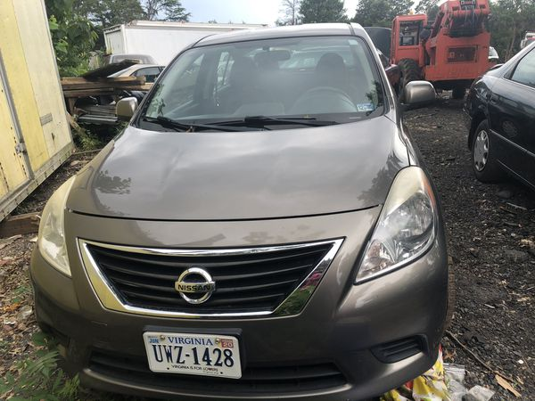 2013 Nissan Versa (like new)