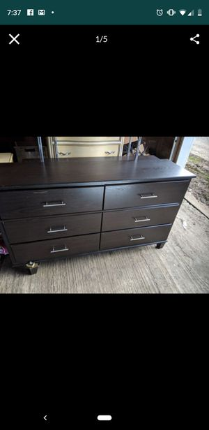 Queen bed and dresser, very nice. for Sale in Centerburg, OH