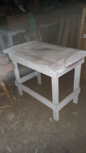 GREAT CRAFTING OR HOBBIE TABLE TOP LIFTS UP IT COULD USE A PAINT JOB for Sale in Yuma, AZ