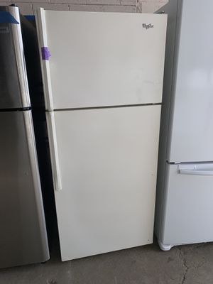 WHIRLPOOL beige top freezer refrigerator in excellent conditions for Sale in Baltimore, MD