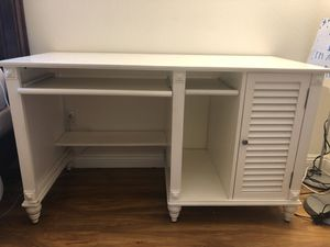 White Desk with rolling chairs for Sale in Irwindale, CA