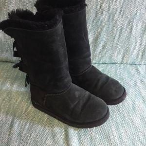 UGG BOOTS SIZE 3 (GIRL) WITH BOWS for Sale in Downey, CA