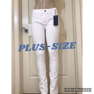*(Plus-Size) White Low-Rise Straight Pants •2XL or 3XL for Sale in Carrollton, TX