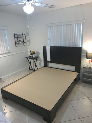 Queen black and white bed frame for Sale in Pembroke Pines, FL