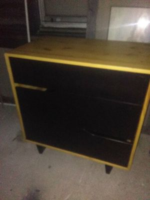 """31""""x19""""x31"""" 3 DRAWER WOOD STAND for Sale in Tampa, FL"""