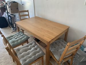 Kitchen table and chairs for Sale in Pembroke Pines, FL