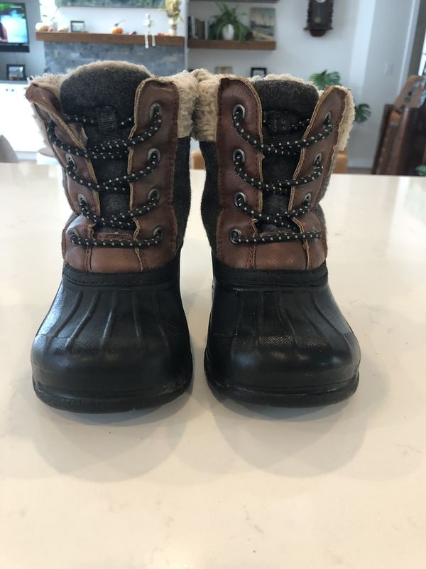 Oshkosh little kid/ toddler snow boots 8