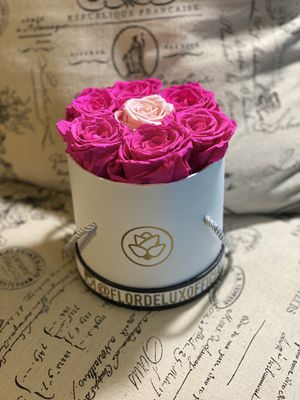 Pink Long Lasting Roses in a round box for Sale in Miami, FL