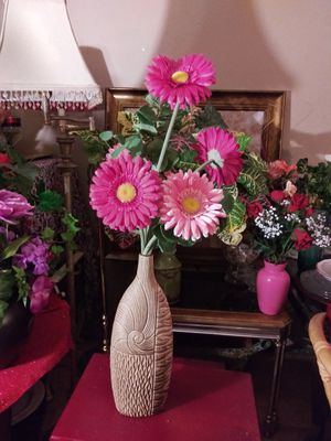 """VINTAGE VASE W/ARTIFICIAL FLOWERS 26"""" NORMAL WEAR. CLEAN $25.00 ENGLISH-SPANISH for Sale in Mesa, AZ"""