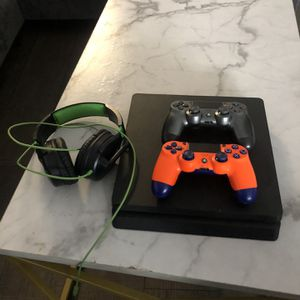 PS4 2 Controllers & Turtle beach Recon Gaming Headset for Sale in Fort Lauderdale, FL