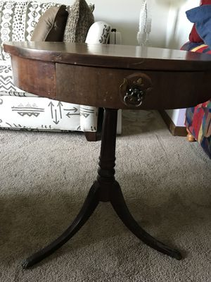 Antique round end table. for Sale in Powell, OH