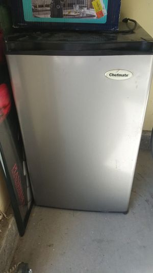 Chefmate mini fridge. Works good for Sale in Las Vegas, NV