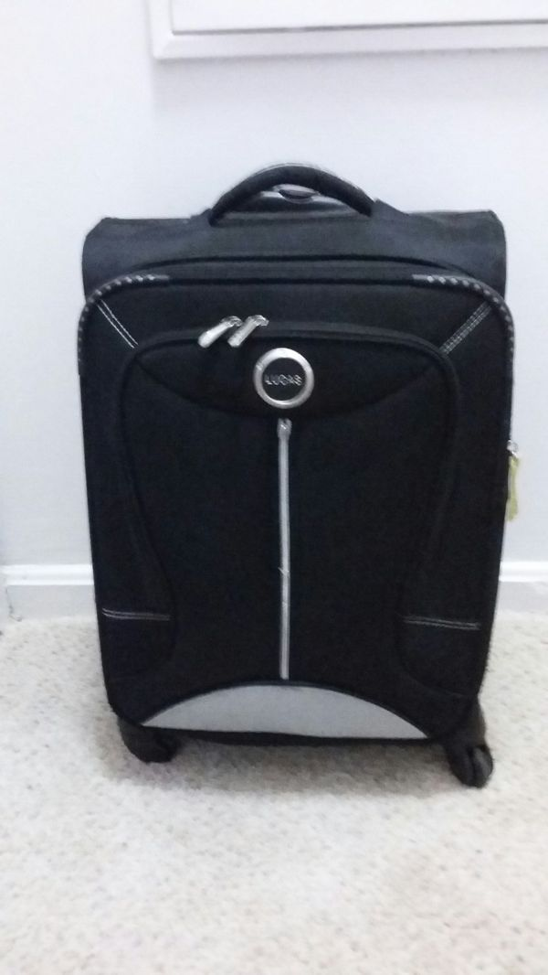 LUCAS 21 INC CARRY ON CABINE LUGGAGE. With 4 WHEELS EXCELLENT CONDITION