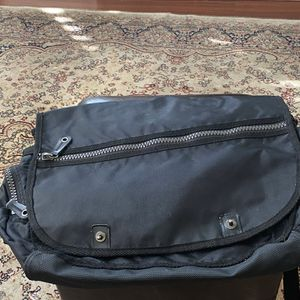 SPACIOUS LAPTOP BAG WITH VARIOUS ZIPPER POCKETS ALL OVER for Sale in Schaumburg, IL