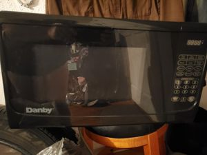 danby medium size microwave for Sale in Lindenhurst, NY