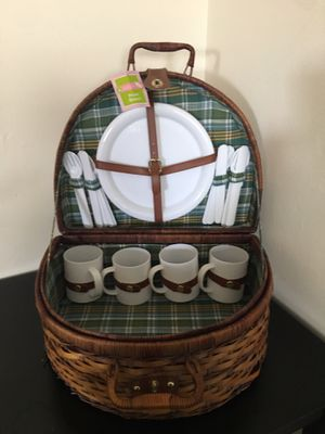 Living Quarters Picnic Basket for Sale in Davenport, IA