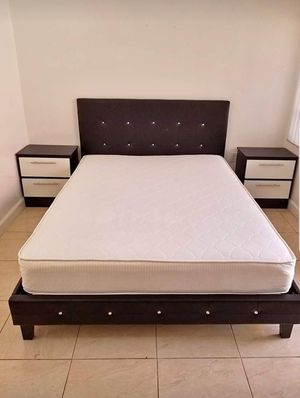 Cama con colchon y 2mesas d noche....Bed Frame with mattres and nightstands for Sale in Hialeah, FL