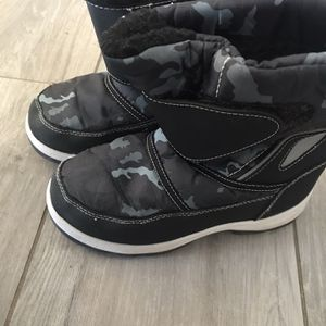 Kids Snow Boots Size 5 for Sale in Oak Hills, CA