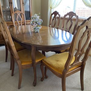 Dining room table + 6 Chairs for Sale in Puyallup, WA