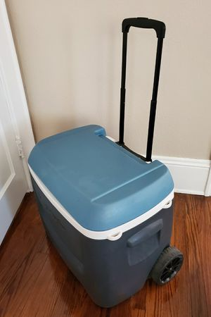Igloo ice chest cooler with wheels for Sale in Belleair, FL