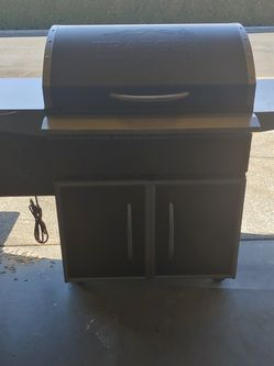 Like New Traeger Select Pro Pellet Grill With Cover for Sale in Yakima,  WA