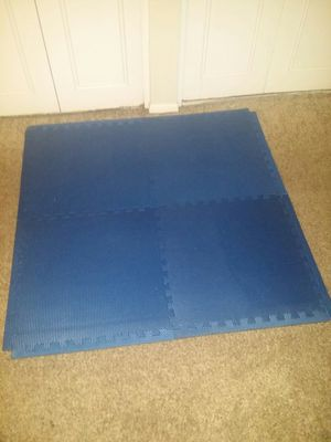 """1/2"""" thick foam interlocking workout gym mats. 4 blue mats that are 3 foot 9 inches by 3 foot 9 inches when put together with edges. for Sale in Coconut Creek, FL"""