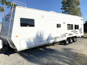 2005 attitude 30FSAK toy Hauler 16 feet of clearance to first cabinet on board Generac generator runs great private front bedroom for Sale in Wildomar, CA