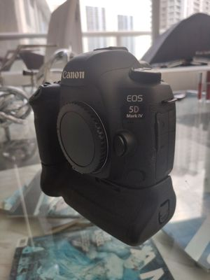 Canon 5D Mark IV Body only with battery grip for Sale in Miami, FL