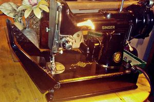 1933-1936. ANTIQUE SINGER SEWING MACHINE for Sale in Kingsport, TN