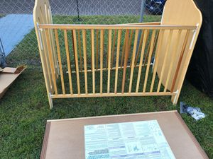 Convertible baby crib & toddler bed with mattress for Sale in Tampa, FL