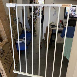 Swing baby gate or pets opening Up To 22,24,26. Inches It's Swinging Door for Sale in Los Angeles, CA
