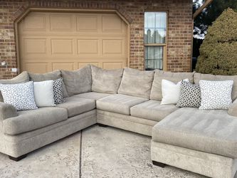 Cream Three Piece Sectional Couch for Sale in Aurora,  CO