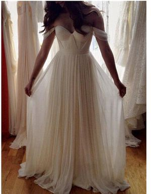 Cream wedding gown, never worn because I had purchased 2 dresses. Beautiful chiffon, perfect for outdoor or beach wedding, light flowy and very comf for Sale in Palmetto, FL