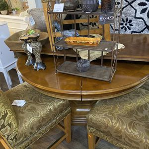 Bernhardt round dining room or kitchen table expandable with leaf for Sale in Wheaton, IL