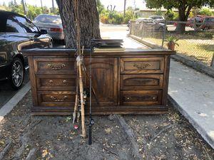Cómoda con 9 cajones , cuadros de decoración y cañas de pescar for Sale in Fountain Valley, CA
