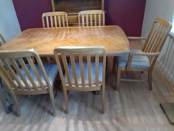 Solid oak dinning table with 8 matching oak chairs