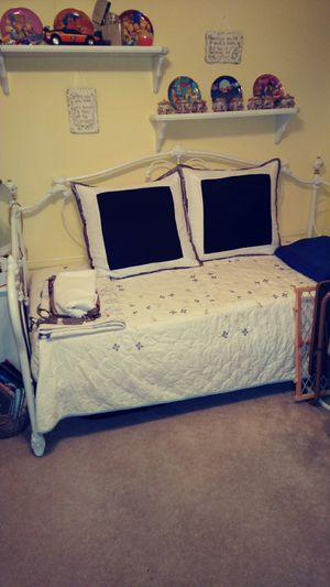 Daybed bedroom suit for Sale in Covington, GA