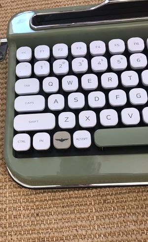 PENNA Bluetooth Keyboard with White Diamond Shape Keycap for Sale in Lacey, WA
