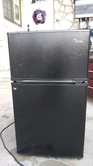 Mini refrigerator Midea 3.1 cu. Ft. Casi nuevouy limpio. for Sale in San Fernando, CA