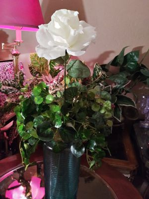 VINTAGE VASE W/ARTIFICIAL FLOWER. NORMAL WEAR CLEAN $20.00 FIRM ENGLISH-SPANISH for Sale in Mesa, AZ