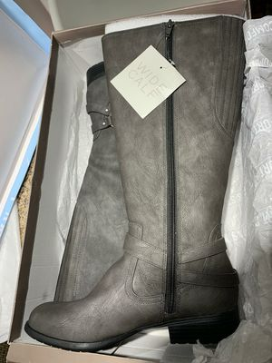 Grey woman boots size 8 1/2 new for Sale in Long Beach, CA