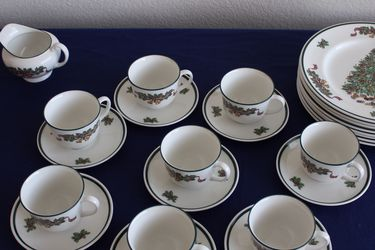 Johnson Bros Victorian Christmas Dinnerware , Service For 8 for Sale in Houston,  TX