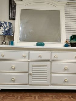 Nice big white BROYHILL FURNITURE dresser / TV stand with 9 drawers & big mirror in good condition all drawers working well dovetail drawers driveway for Sale in Franconia,  VA
