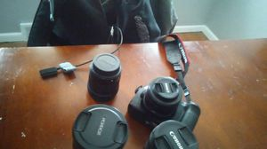 Canon cam 4 lenses 60d for Sale in Overland, MO