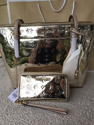 Pale gold Michael Kors purse 👜 and wallet for Sale in Tacoma, WA