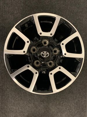 Single (1) one Toyota Tundra Machined w/ Black Pockets 18 inch OEM Wheel 2014-2019 for Sale in Corona, CA
