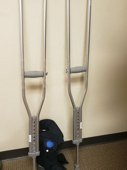 LIKE NEW BOOT AND CRUTCHES for Sale in Waco,  TX