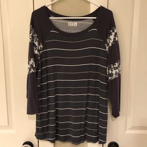 Maurcies striped/flower 3/4 baseball tee, XL for Sale in Vancouver, WA